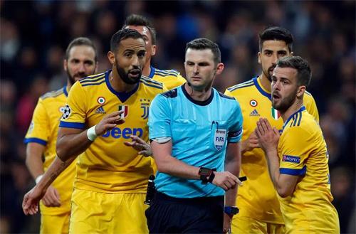 Trọng tài Michael Oliver đang trở thành kẻ thù của Juventus và CĐV. Ảnh: Reuters