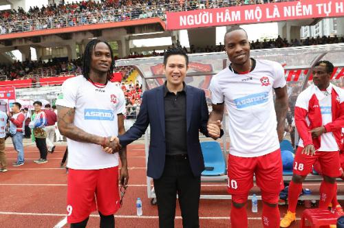 Ông Phạm Văn Tam (giữa) gặp gỡ Fagan và Stevens trước trận đấu. Ảnh: Lâm Thỏa.