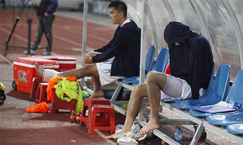 Tuấn Anh kéo sụp áo ngồi khóc bên ngoài đường biên sau khi rời sân vì chấn thương ở Lạch Tray hôm 17/3. Ảnh: Đăng Huỳnh.