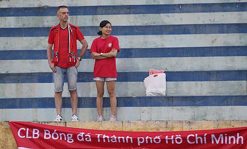 Hai CĐV của TP HCM trên sân vận động Thiên Trường. Ảnh: Lâm Thỏa