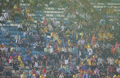 CĐV Nam Định bỏ về khi trận đấu còn tới gần 30 phút.