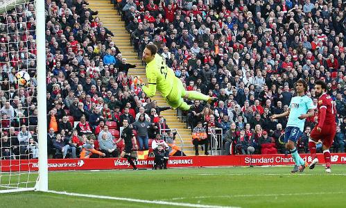 Salah đánh đầu ghi bàn nhân đôi tỷ số cho Liverpool. Ảnh:AFP.