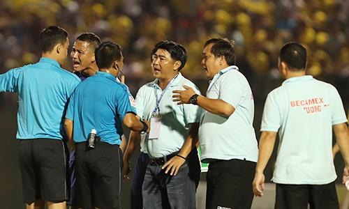 Cả HLV lẫn cầu thủ Bình Dương bị đuổi ở V-League 2018