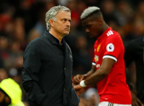 Mourinho tỏ thái độ bực bội khi rút Pogba rời sân. Ảnh:Reuters.