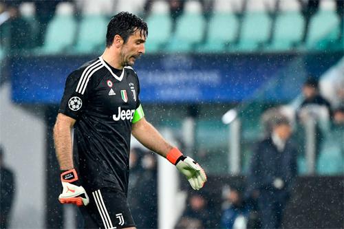 Buffon phải cúi đầu rời sân và tiếp tục chứng kiến giấc mộng Champions League dở dang, nhưng không vì thế, mà vị thế biểu tượng của anh bị sứt mẻ.