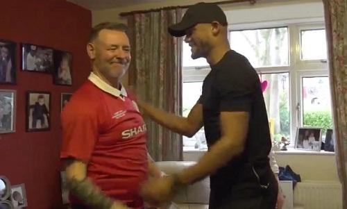 Kompany bắt tay cùng một CĐV Man Utd ở gia đình vợ. Ảnh: Manchester City.