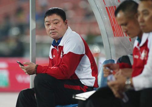 HLV Trương Việt Hoàng ngồi nhìn GĐKT Ngô Quang Trường lên sơ đồ. Ảnh: Lâm Thỏa