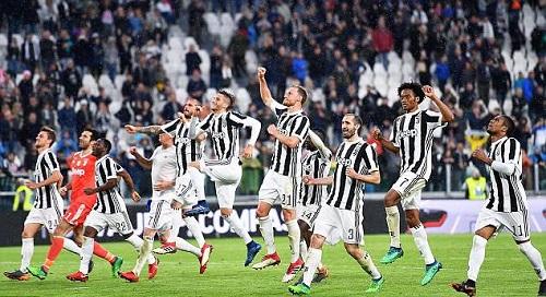Juventus ăn mừng chiến thắng trước khán giả nhà. Ảnh: EPA.