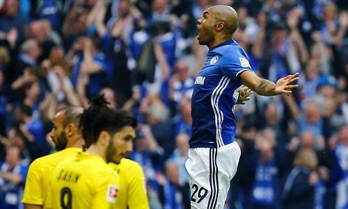 Naldo mừng siêu phẩm vào lưới Dortmund. Ảnh: Reuters.