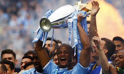 Kompany sẽ nâng cup Ngoại hạng Anh lần thứ ba cho Man City. Ảnh: Reuters.