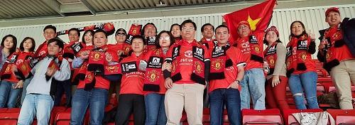 Cổ động viên Việt diện đồng phục mang màu cờ sắc áo MU.