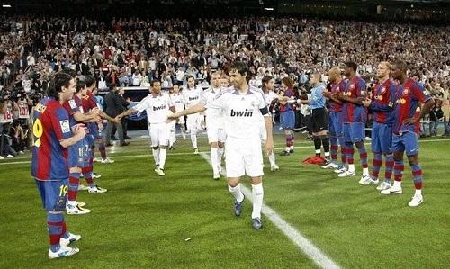 Cầu thủ Barca vỗ tay mừng Real vô địch ở mùa 2007/2008. Ảnh: AFP.
