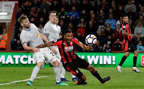 Wilson ngã trong vòng cấm Man Utd sau pha va chạm với Luke Shaw. Ảnh: Shutterstock.