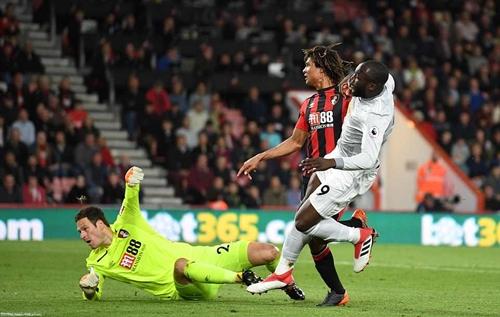 Lukaku ghi bàn chỉ bảy phút sau khi vào sân thay Lingard. Ảnh: Sports Mail.