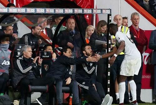Pogba bắt tay các thành viên ban huấn luyện, trừ Mourinho. Ảnh: Shutterstock.