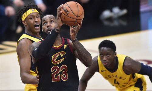 LeBron James (áo đen) không còn kiên nhẫn với các đồng đội, tự tay ghi 46 điểm giúp Cavaliers san bằng tỷ số với Pacers sau hai game đầu. Ảnh: Reuters.