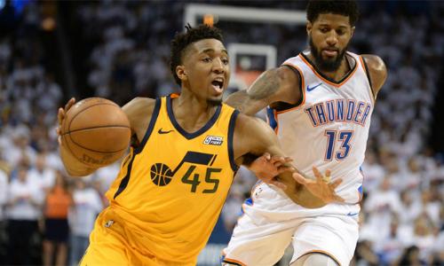 Donovan Mitchell (áo vàng) ghi 28 điểm giúp Jazz cân bằng tổng tỷ số với Thunder. Ảnh: NBA.