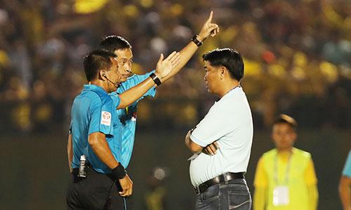 HLV Trần Minh Chiến bị trọng tài đuổi khỏi sân ở hiệp hai trận Bình Dương hoà Thanh Hoá 3 - 3. Ảnh: Đức Đồng.