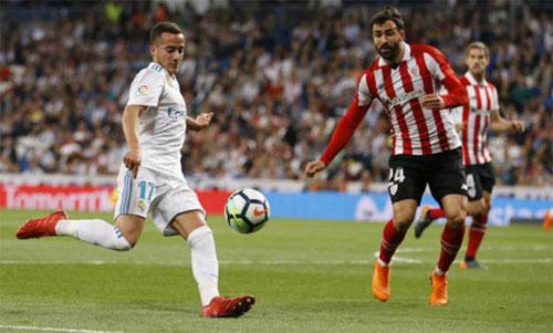 Real của Vazquez (áo trắng) suýt thua tại Bernabeu. Ảnh: Marca
