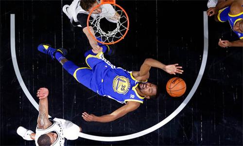 Phong độ cao của Kevin Durant (số 35) giúp Warriors nâng tỷ số trận play-off với Spurs lên 3-0 và ở rất gần tấm vé vào bán kết miền Tây. Ảnh: AP.