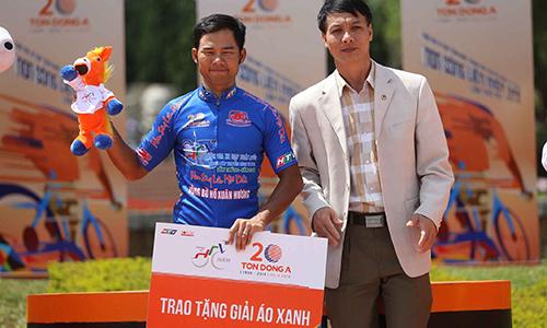 Lê Nguyệt Minh gặp nạn nhưng vẫn giữ được Áo Xanh sau chặng 21. Ảnh: Văn Thuận.