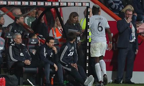 Khuôn mặt lạnh lùng của Mourinho khi thay Pogba ra khỏi sân ở trận gặp Bournemouth. Ảnh: AFP.