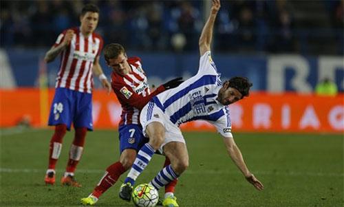 Sociedad (áo sọc xanh trắng) bất ngờ thắng đậm đội xếp thứ hai. Ảnh: Marca
