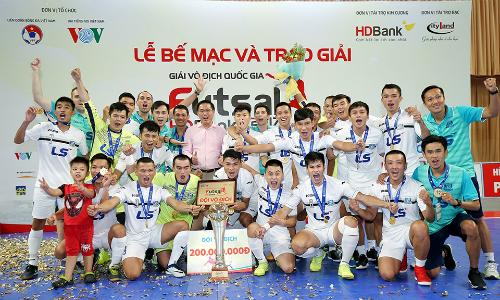 Bầu Tú cùng đội Thái Sơn Nam, futsal Việt Nam 2017. Ảnh: NhậtTâm.