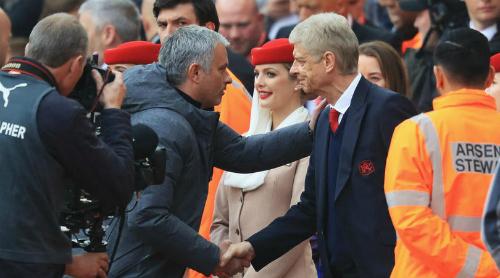 Mourinho bắt tay Wenger trước trận đấu tại Ngoại hạng Anh. Ảnh:Reuters.