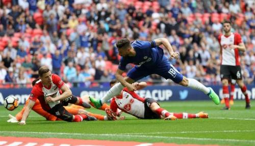 Giroud trong khoảnh khắc tỏa sáng trước hàng thủ Southampton. Ảnh:AFP.