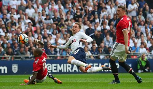 Cầu thủ Man Utd chơi quyết liệt để ngăn cản Tottenham. Ảnh:Reuters.