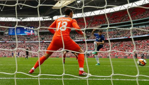 Morata đánh đầu tung lưới Southampton. Ảnh:Reuters.