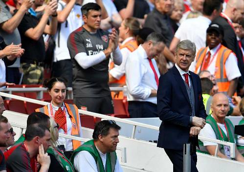 HLV Wenger và các học trò trải qua trận đấu đầy cảm xúc. Ảnh: Reuters.