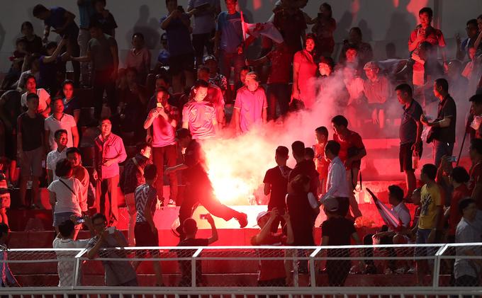 Cảnh sát vây bắt bất thành CĐV Hải Phòng đốt pháo sáng