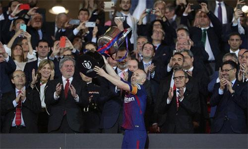 Thủ quân Andres Iniesta nâng cao Cup Nhà vua sau chiến thắng. Ảnh: Reuters