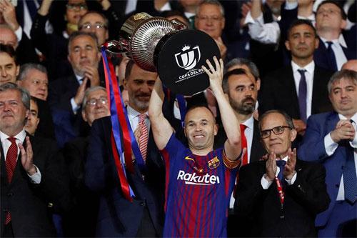 Iniesta nhận Cup Nhà vua sau trận chung kết. Ảnh: Reuters