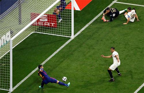Suarez mở cánh cửa dẫn đến chiến thắng.