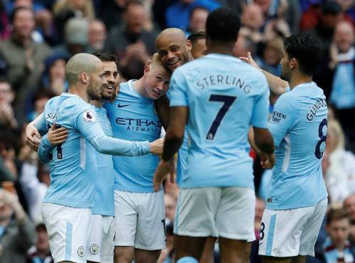 Cầu thủ Man City chung vui sau bàn thắng đẹp mắt của De Bruyne. Ảnh:Reuters.
