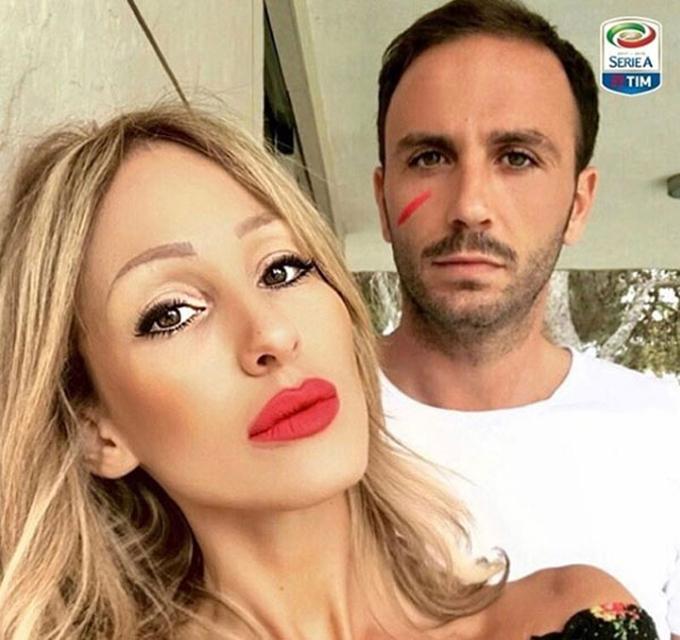 Sao Serie A đồng loạt vào sân với vệt đỏ trên mặt
