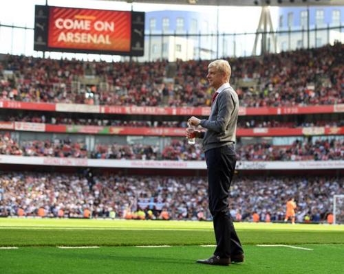 Wenger ngoài đường biên trận gặp West Ham. Ảnh: PA.