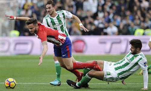 Atletico (áo sọc đỏ trắng) muốn tập trung cho Europa League hơn La Liga. Ảnh: Reuters