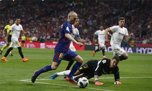 Iniesta đi bóng ghi bàn nâng tỷ số lên 4-0 trong trận chung kết. Ảnh: Reuters