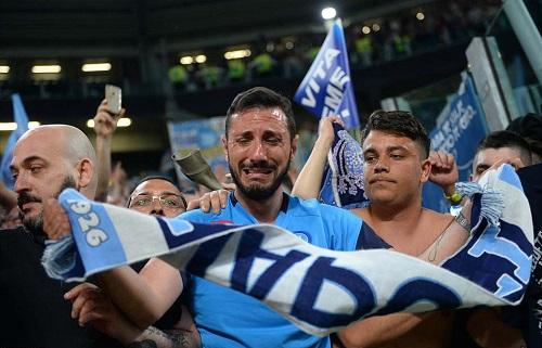 CĐV Napoli bật khóc trên khán đài Juventus. Ảnh: Reuters.