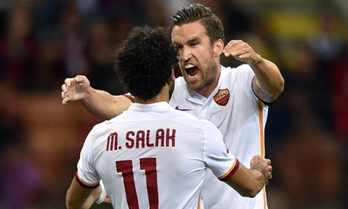 Strootman và Salah thuở là đồng đội ở Roma. Ảnh: Reuters.