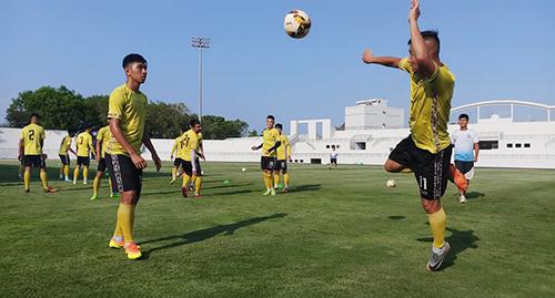 Các cầu thủ BT-VT tập luyện trên sân Bà Rịa với mặt cỏ và dàn đèn mới được lắp đặt. Ảnh: Đăng Khoa.