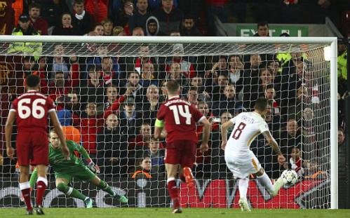 ... và Perotti giúp Roma duy trì hy vọng ở lượt về. Ảnh:Reuters, AP.