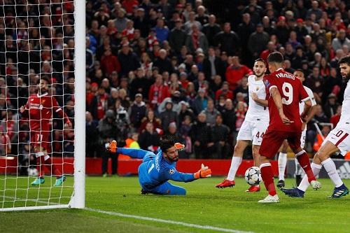 Tình huống Salah dọn cỗ để Firmino nâng tỷ số lên 4-0. Ảnh: Reuters.
