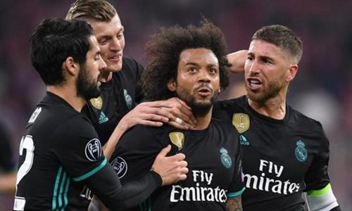 Marcelo được đồng đội chia vui sau khi ghi bànvào lưới Bayern. Ảnh: Reuters.