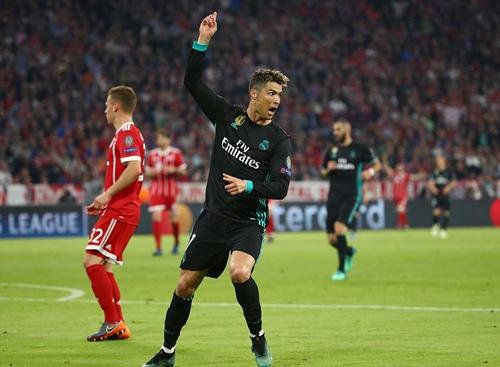 Ronaldo một lần đưa được bóng vào lưới Bayern nhưng không được công nhận. Ảnh: AFP.