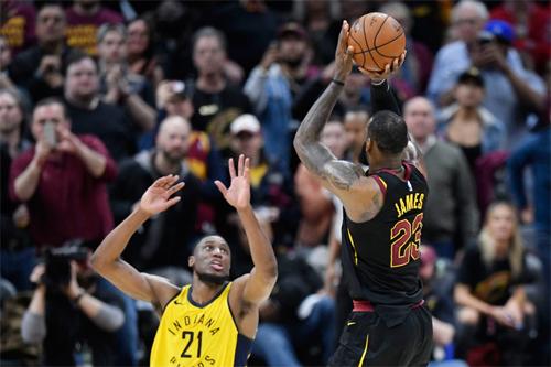 LeBron James một lần nữa sắm vai người hùng với cú ném ba điểm quyết định mang về chiến thắng nhọc nhằn cho Cavaliers.